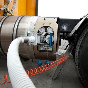 Le ravitaillement en gaz naturel liquéfié d'un camion (Groupe CNW/GAZ METRO)