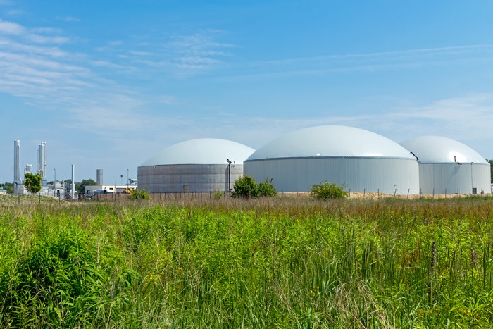 17 experienced biogas/biomethane equipment suppliers and service providers you should consider for your project - Picture of a biogas plant in a field